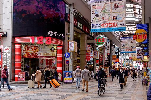 Việc kéo dài tuổi thọ đi kèm với tỷ lệ sinh đẻ thấp làm giảm số người trong độ tuổi lao động ở Nhật Bản.