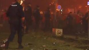 Reprodução de vídeo dos confrontos entre policiais e torcedores no final do jogo entre o Benfica e o Vitória Guimarães.