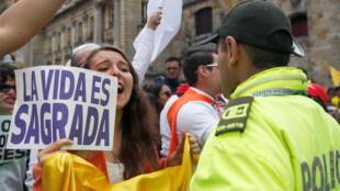 """El domingo, miles de personas marcharon en repudio al atentado, vestidos de blanco y agitando banderas de Colombia con consignas como """"asesinos cobardes"""" o """"la vida es sagrada""""."""