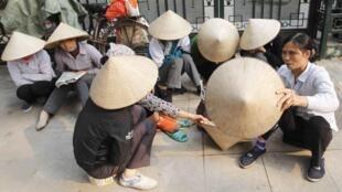 Chờ tìm thêm việc làm để về quê ăn Tết. Ảnh chụp trên một đường phố Hà Nội, ngày 20/01/2014