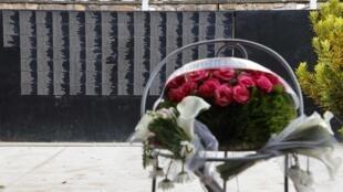 Un muro conmemora a las víctimas del genocidio ruandés en el memorial de Kigali, el 26 de mayo de 2021, en vísperas de la visita del presidente francés Emmanuel Macron