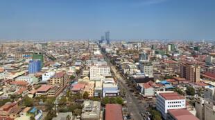 Phnom Penh, au Cambodge, avec le quartier d'affaires à l'horizon.