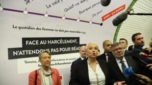 A secretária francesa dos direitos das mulheres, Pascale Boistard, inaugura campanha contra assédio sexual na Gare de Saint Lazare.