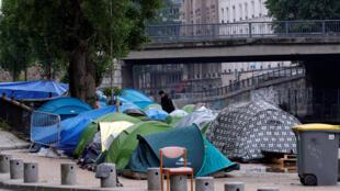 Стихийный лагерь мигрантов на канале Сен-Мартен в Париже. 15 мая 2018 г.