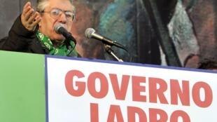 Les Italiens sont plus attirés par des voix fortes et autoritaires, comme celle d'Umberto Bossi, ancien leader du mouvement populiste d'extrême droite de la Ligue du Nord.