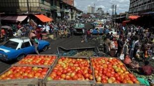 Les Ethiopiens s'approvisionnent sur un marché d'Addis Abeba, le 17 mars 2020 (image d'illustration).