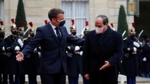 Le président égyptien Abdel Fattah al-Sissi a été accueilli par le président français Emmanuel Macron à l'Élysée, à Paris, le 7 décembre 2020.