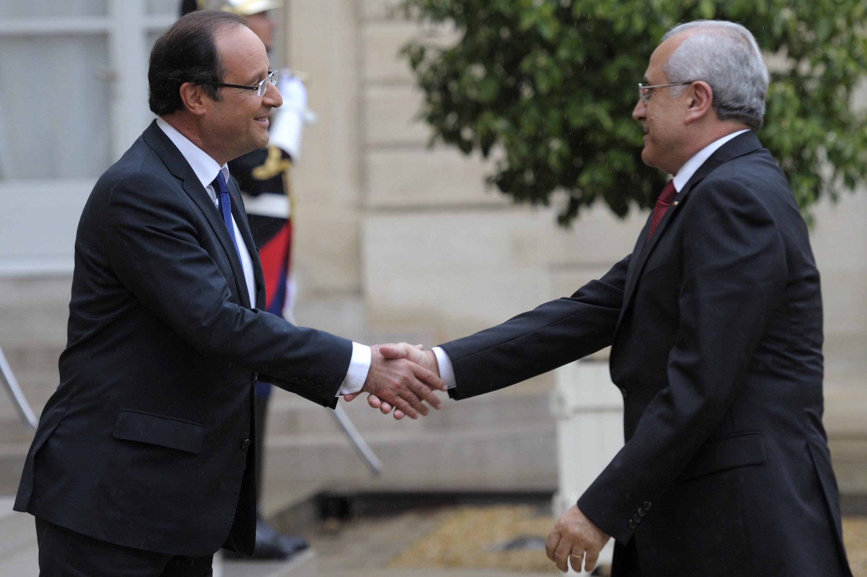 François Hollande (e) recebeu o presidente libanês Michel Suleiman em Paris.