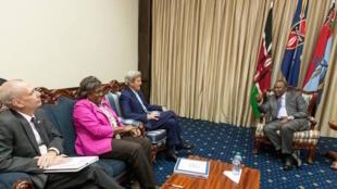 Waziri wa mambo ya nje wa Marekani, John Kerry (watatu kutoka kushoto) wakati alipokutana na mwenyeji wake Rais wa Kenya, Uhuru Kenyatta, Agosti 22, 2016