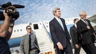 John Kerry después de su llegada al aeropuerto Ben Gurion, en Tel Aviv, este 2 de enero de 2014.