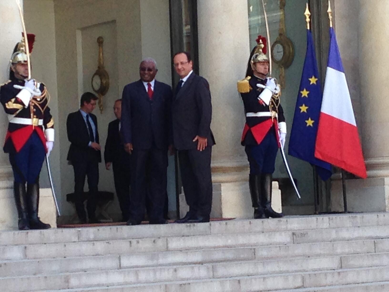 Mozambique's President Armando Guebuza with french President François Hollande (R) at the Elyqée Palace