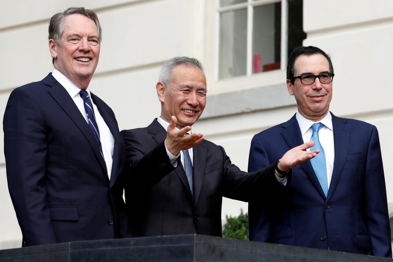 十月10日,中國貿易談判牽頭人劉鶴與美國貿易代表萊特希澤及美國財長姆努欽。