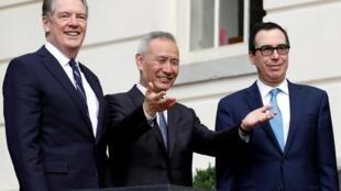 Phó thủ tướng Trung Quốc Lưu Hạc và đại diện tài chính Mỹ Robert Lighthizer (T) và bộ trưởng Ngân Khố Mỹ Steve Mnuchin (P) trước cuộc đàm phán tại Washington, ngày 10/10/2019.