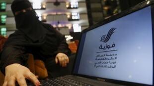 Fawzia al-Harbi, candidata nas eleições municipais na Arábia Saudita, faz campanha em um shopping, em Riade.