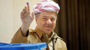 L'ancien président de la région du Kurdistan irakien, Masoud Barzani, montre son doigt taché d'encre après avoir voté lors des élections législatives dans la région semi-autonome, à la périphérie d'Erbil, en Irak, le 30 septembre 2018.