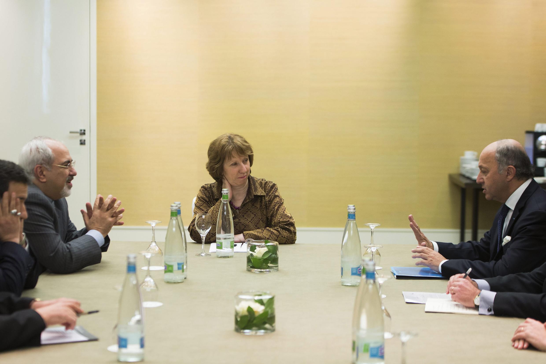 O ministro das Relações Exteriores do Irã, Mohammad Javad Zarif (esq.), a chefe da diplomacia europeia, Catherine Ashton, e o ministro das Relações Exteriores francês, Laurent Fabius, em reunião no dia 9 de novembro de 2013, em Genebra.