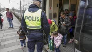 Controle de passageiros de trem na fronteira da Suécia