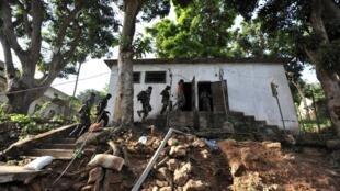 Le 24 mars 2013, la Seleka est entrée au camp militaire «camp de Roux» à Bangui où étaient détenus des prisonniers politiques et militaires.