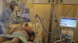 Une infirmière s'occupe d'un patient en réanimation atteint du Covid-19 à l'hôpital Bichat (image d'illustration).