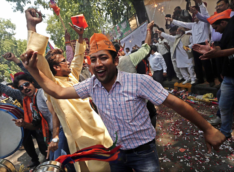 Những người ủng hộ đảng dân tộc chủ nghĩa BJP vui mừng chiến thắng bên ngoài trụ sở tại New Dehli ngay khi có kết quả sơ bộ ngày 16/05/2014.