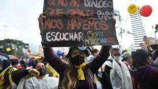 Manifestantes protestan el 9 de junio de 2021 en Bogotá contra el gobierno colombiano de Iván Duque