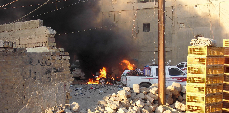 Một chiếc xe khách bị thiêu cháy trong cuộc đọ súng tại Ramadi, Irak, ngày 16/05/2015