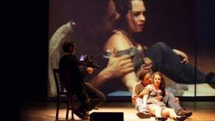 Versão brasileira do clássico Júlia, dirigida por Christiana Jatahy, em cartaz em Paris.