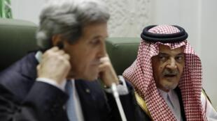 Джон Керри и Сауд Фейсал на конференции в Рияде