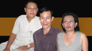 Các blogger từ trái sang phải : Phan Thanh Hải (Anhbasaigon), Nguyễn Văn Hải (Điếu Cày) và Tạ Phong Tần (DR)