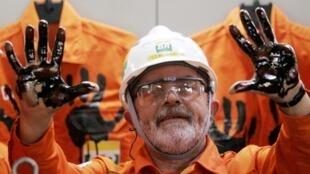 Cựu tổng thống Brazil Luiz Inacio Lula da Silva, giơ đôi tay đầy dầu trong lễ khai trương tập đoàn dầu khí Petrobras, tháng 4/2006.