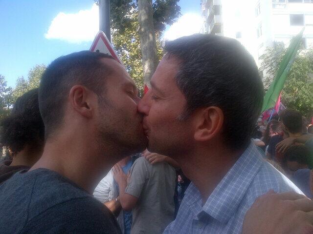 O beijo militante de Christophe Najdovski, candidato ecologista a prefeitura de Paris.