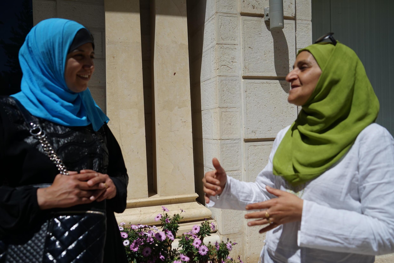 Ruayda Rabah (esquerda), conversando com Najat, duas brasileiras palestinas.
