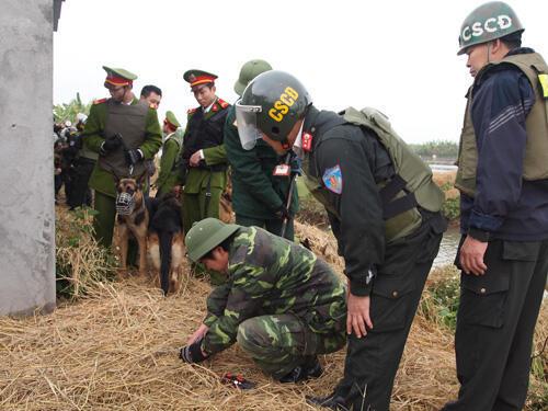 Lực lượng cưỡng chế rà mìn trên lối vào khu đầm của ông Đoàn Văn Vươn.