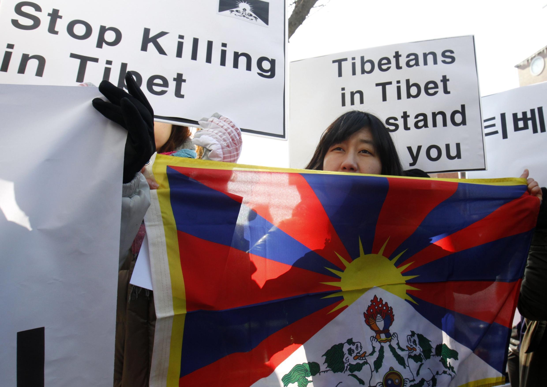 Biểu tình trước đại sứ quán Trung Quốc tại Seoul phản đối chính sách của Bắc Kinh tại Tây Tạng, ngày 01/02/2012.