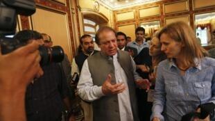 Nawaz Sharif habla con representantes de la prensa internacional, en su residencia de Lahore, el 13 de mayo de 2013.