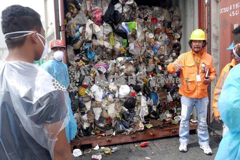 菲律宾海关人员正在检查装有几顿垃圾的加拿大货轮   2014年11月10日马尼拉港口