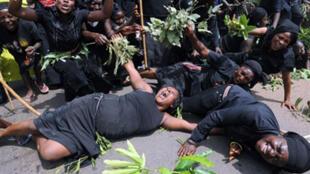 Manifestation de femmes dans les rues de Jos, pour dénoncer le massacre de femmes et d'enfants dans le village de Dogo Nahawa dans l'État du Plateau, le 11 mars 2010.