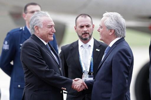 O presidente do Brasil, Michel Temer (esq.), é recebido pelo presidente temporário do Senado argentino, Federico Pinedo, ao chegar ao aeroporto Jorge Newbery em Buenos Aires. 29/11/18.