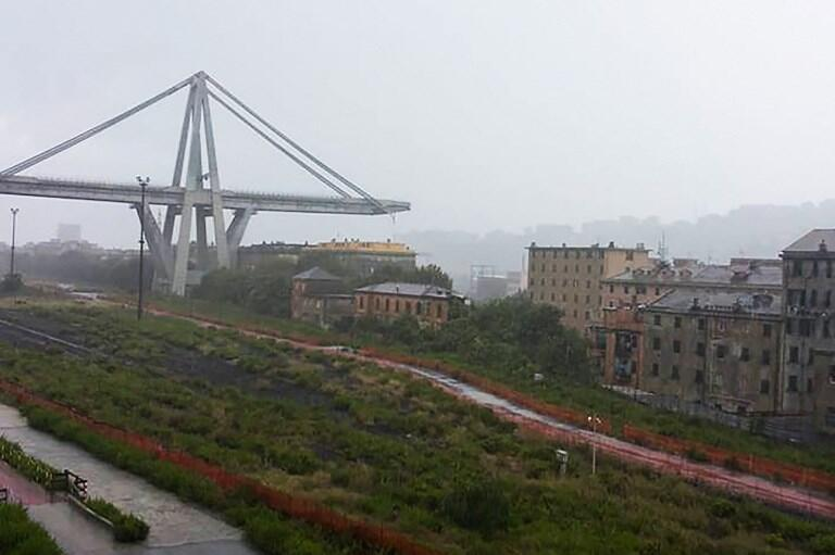 Vista do viaduto Morandi cortado ao meio após o desabamento.