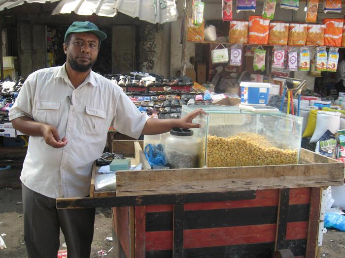 Franja de Gaza: con el bloqueo Mohamad Bilal perdió su trabajo de sastre y se convirtió en vendedor de frutos secos.