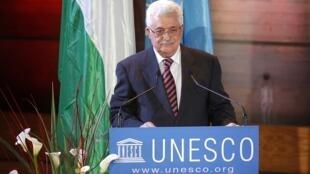 Presidente da Autoridade Palestina, Mahmoud Abbas, discursa no auditório da Unesco em Paris e é bastante aplaudido.
