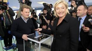 A candidata de extrema-direita Marine Le Pen conseguiu número recorde de votos na eleição presidencial francesa.