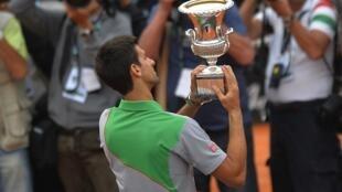 Novak Djokovic akionesha kombe alilotwaa kwenye michuano ya Italian Open Jumapili tarehe 18.05.2014.