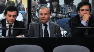 L'ex-président argentin Carlos Menem (au centre), condamné à sept ans de prison ferme.