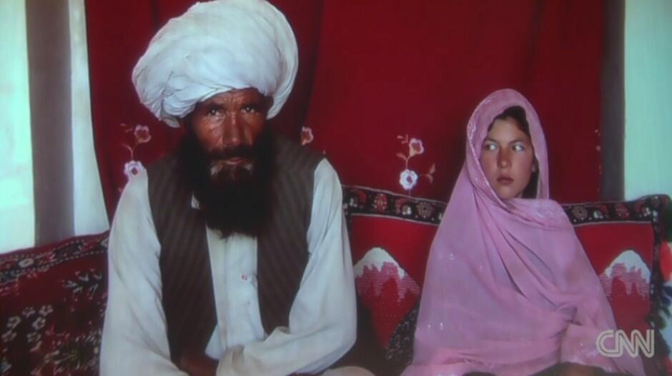 Menina ao lado do marido no Afeganistão