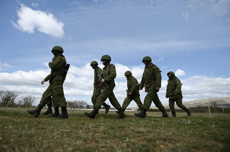 Военные без опознавательных знаков в Крыму, в районе военной базы в Перевальном 13 марта 2014