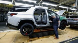 Un trabajador de General Motors visto en la línea de producción de la planta de ensamblaje del municipio GM, el 21 de febrero de 2020, en Lansing, Michigan.