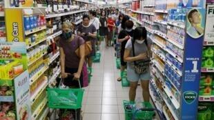 Des longues files d'attente dans un supermarché de Singapour, le 3 avril 2020.