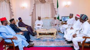 Le président nigérian Muhammadu Buhari entouré de plusieurs gouverneurs à Londres, le 26 juillet.