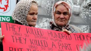 Le 26 octobre 2009, les veuves de Srebrenica manifestent devant le tribunal, lors d'une audience dans l'affaire Karadzic.